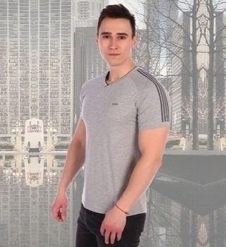 Серая футболка с полосками на рукавах