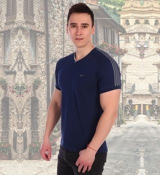 Стильная футболка с полосками на рукавах