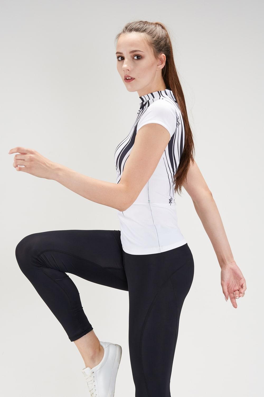Белая футболка с принтом для фитнеса