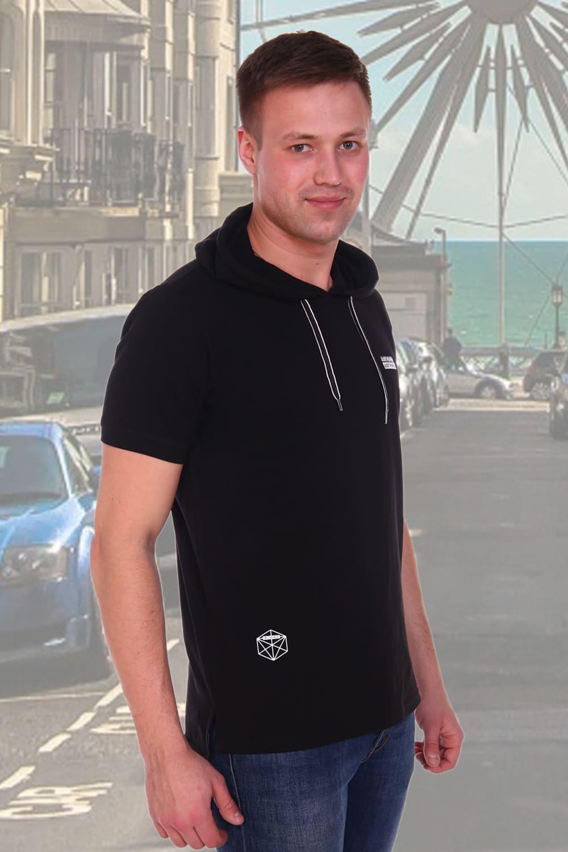 черная футболка с капюшоном