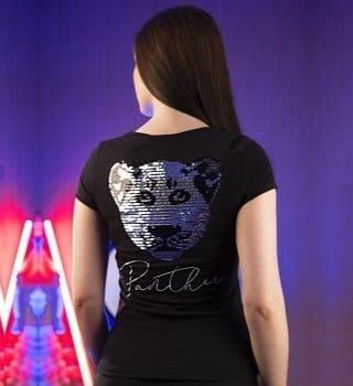 черная женская футболка с аппликацией