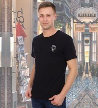 Черная мужская футболка с эмблемой