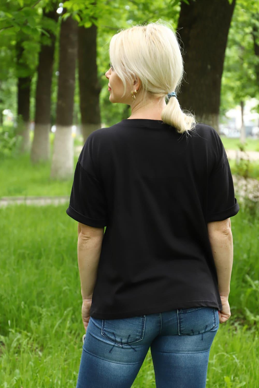 Черная футболка с геометрическим рисунком и стрекозами