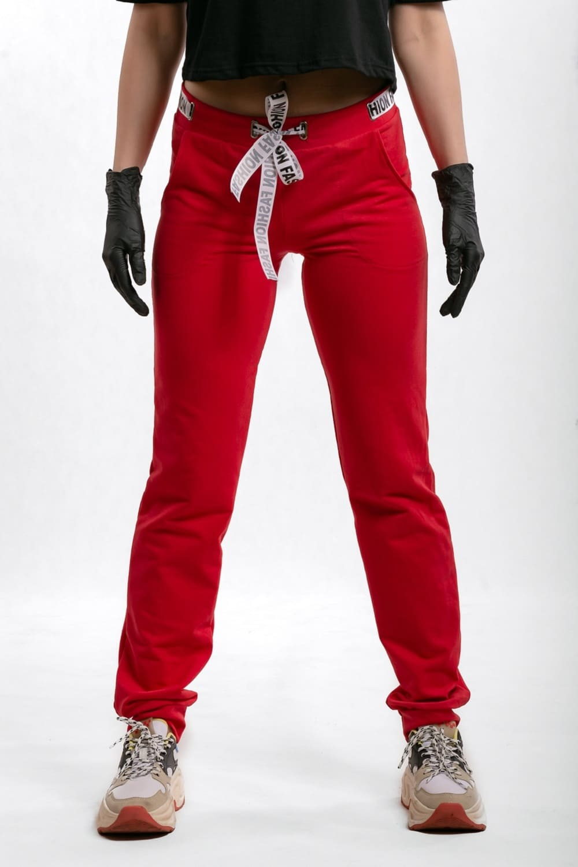 красные брюки на манжетах